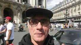Selfie_man_with_cap_and_glasses_in_Paris